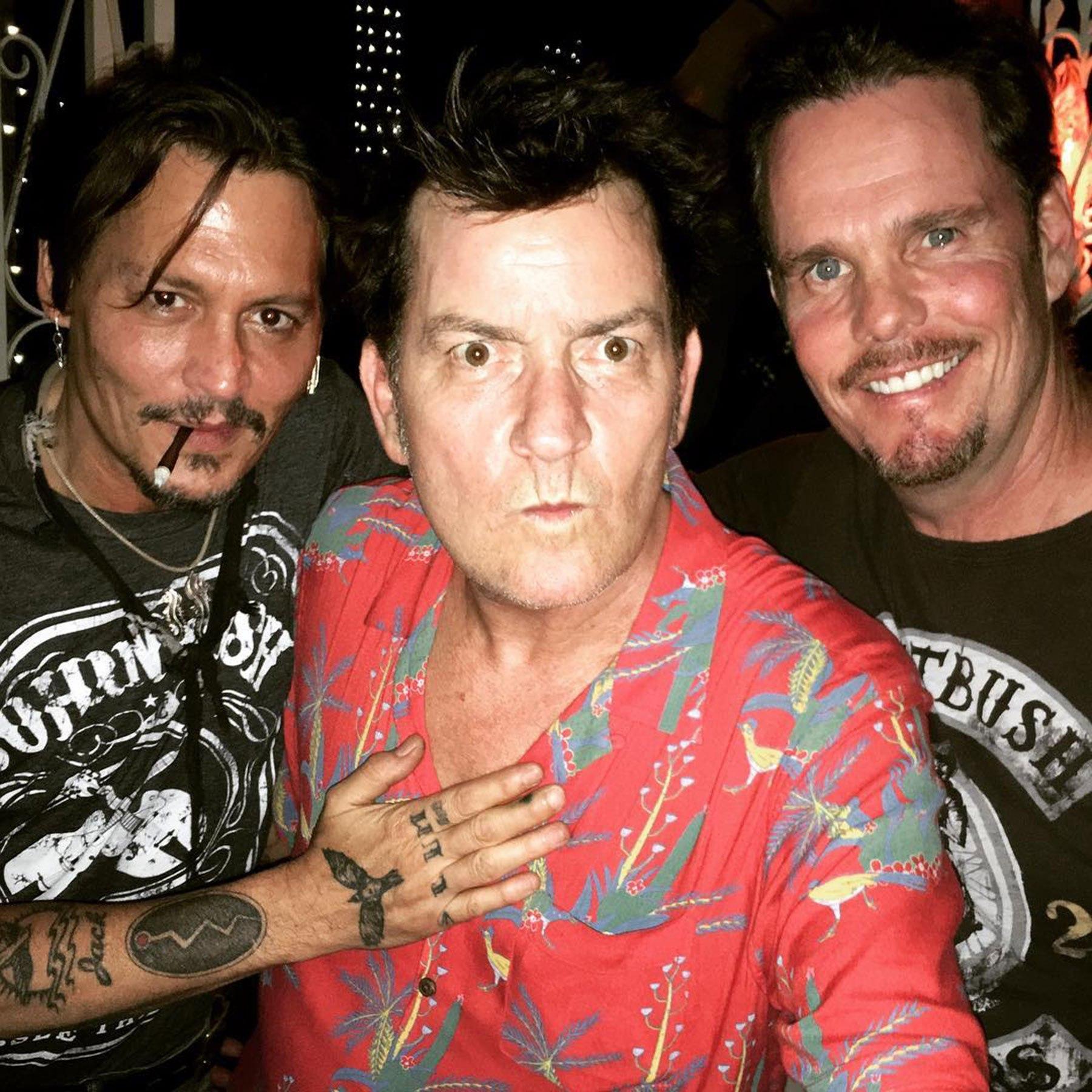 """Johnny Depp, Charlie Sheen e Kevin Dillon festeggiano il 30° anniversario di """"Platoon"""""""