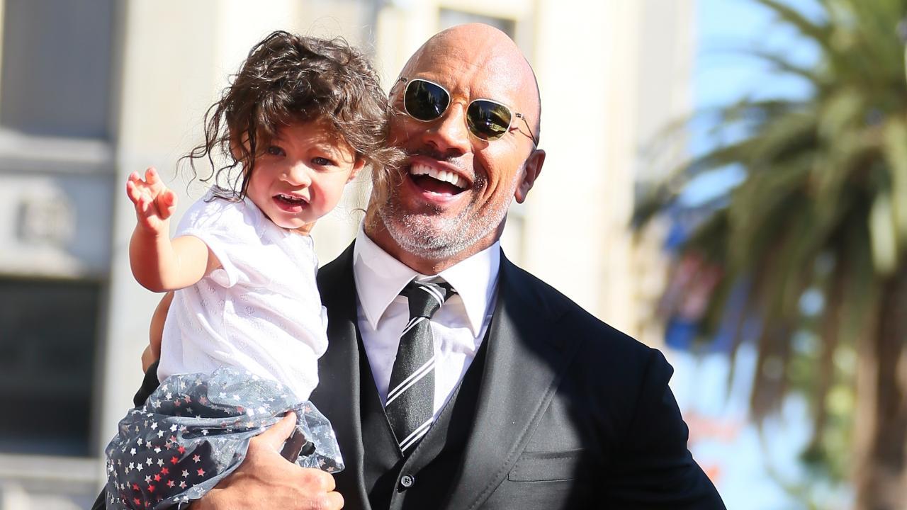 Dwayne Johnson riceve la stella alla Hollywood Walk of Fame, ma la vera star è sua figlia!