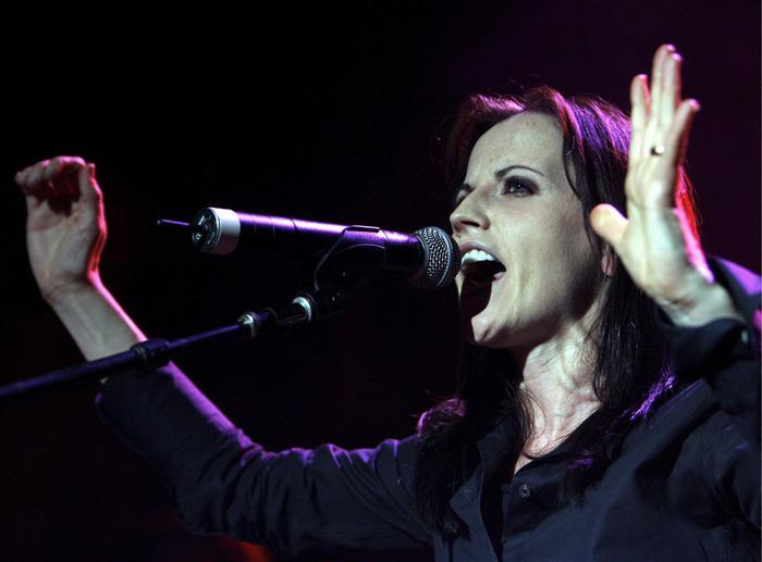 Lacrime e commozione per l'ultimo saluto dei fan a Dolores O'Riordan