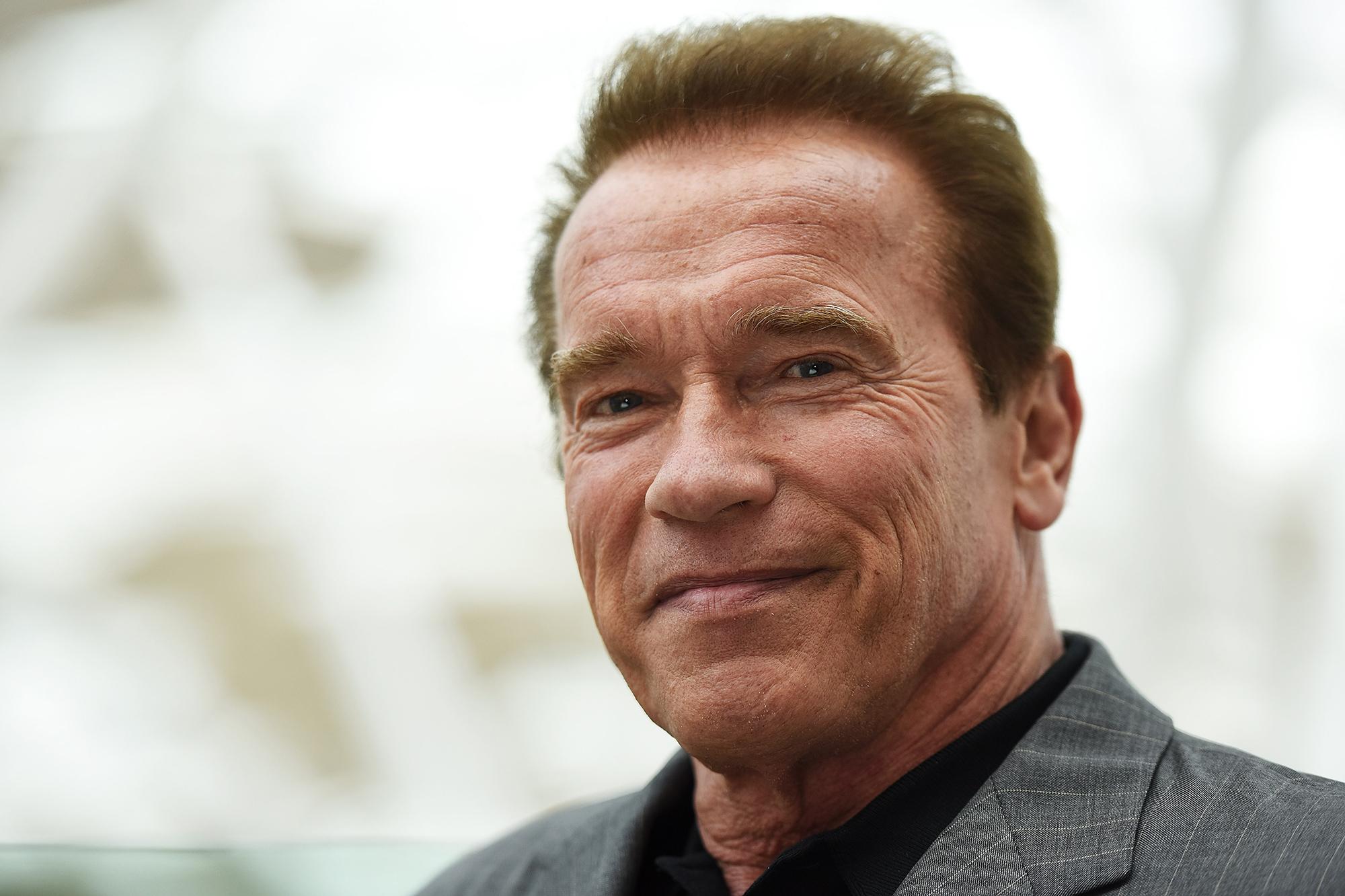 Arnold Schwarzenegger con sigaro e Jacuzzi invita tutti a stare a casa [VIDEO]