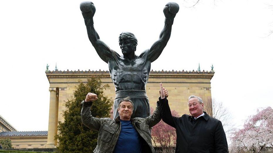 Sylvester Stallone torna davanti la statua di Rocky
