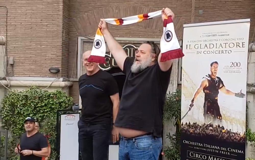 Russel Crowe quasi irriconoscibile arriva a Roma per l'evento del Gladiatore