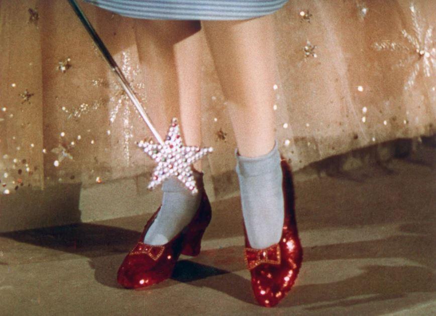 """Ritrovate dopo 13 anni le scarpette di Dorothy de """"Il Mago di Oz"""" rubate!"""