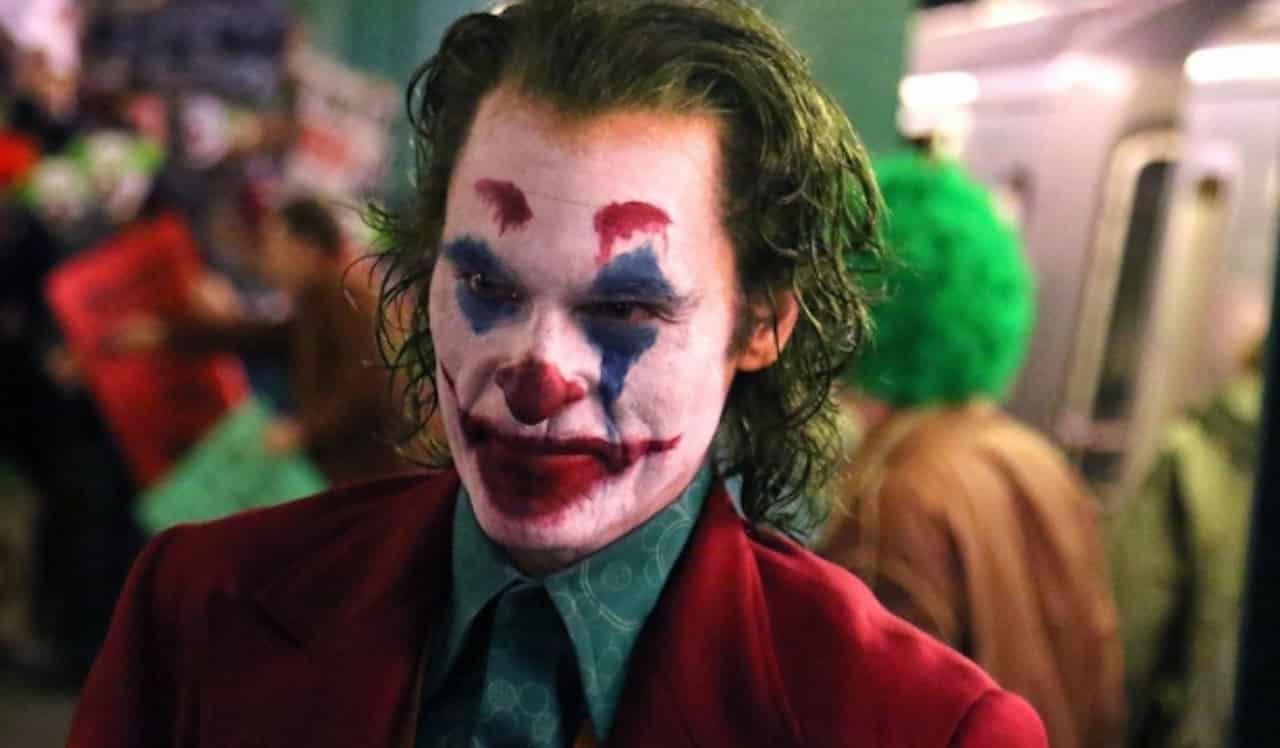 Joaquin Phoenix vestito da clown nelle nuove foto del film sul Joker