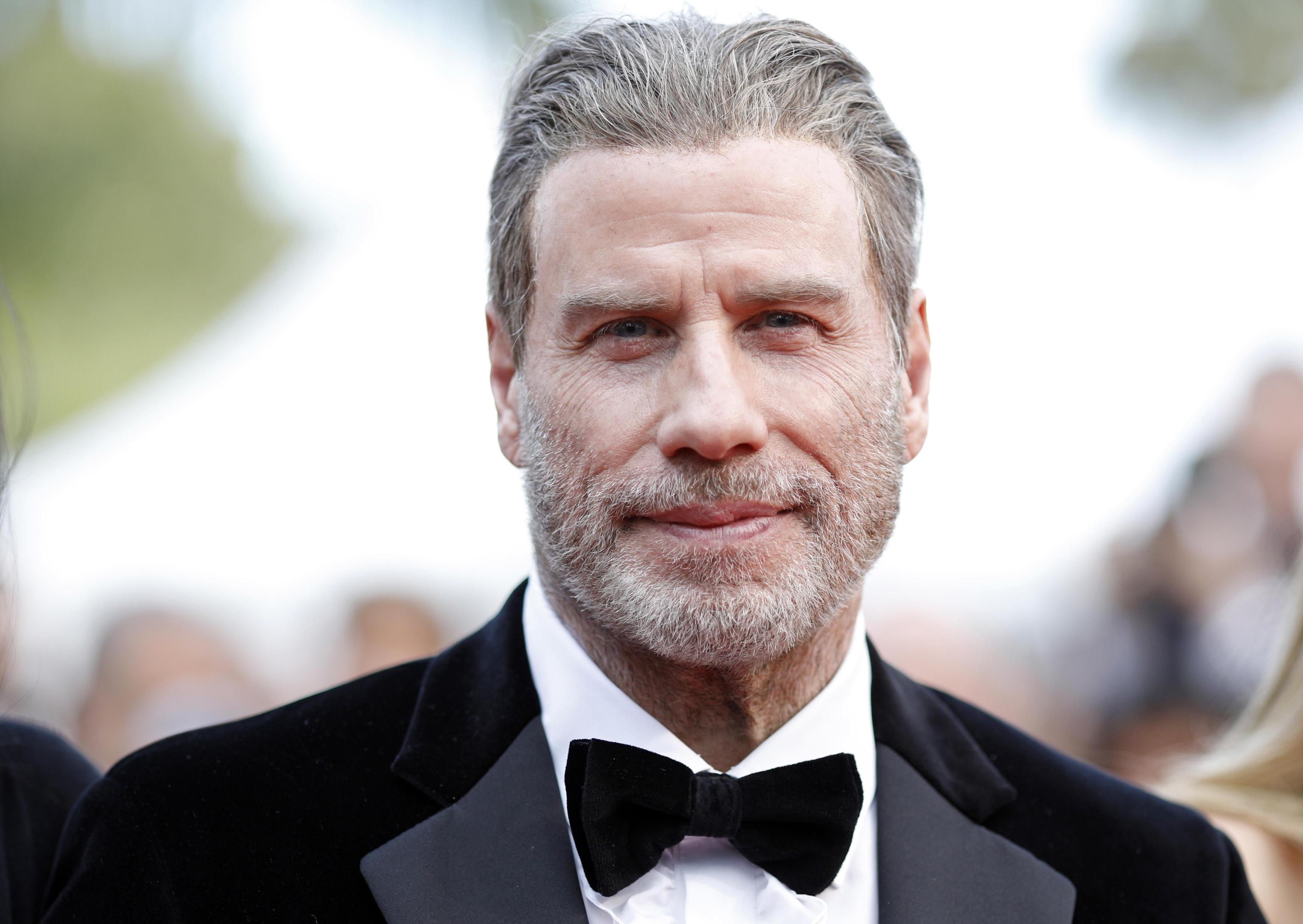 John Travolta svela il segreto e si leva il parrucchino: eccolo calvo
