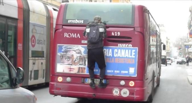 """Roma, prende l'autobus """"al volo"""" come Fantozzi per non pagare il biglietto"""