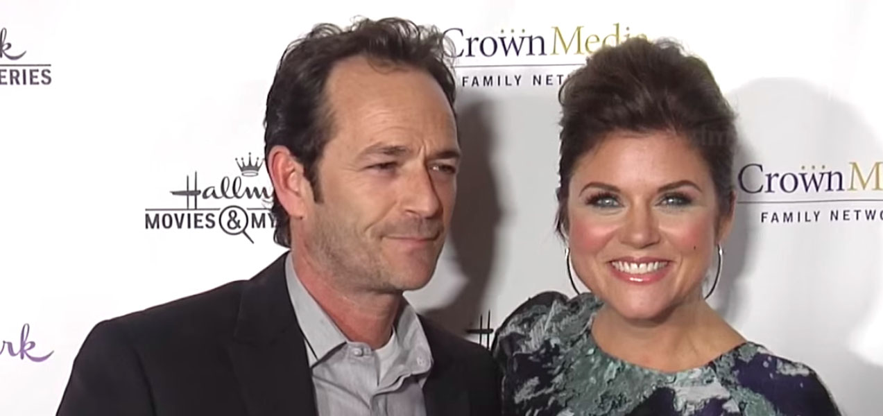 "Tiffani Thiessen distrutta per la morte di Luke Perry: ""Sul set di 'Beverly Hills 90210' mi ha protetto"""