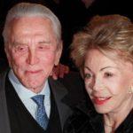 La moglie di Kirk Douglas festeggia i 100 anni: sono loro la coppia più anziana di Hollywood