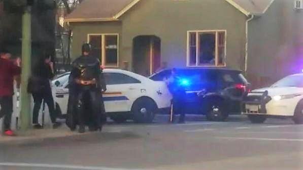 Uomo vestito da Batman a bordo della Batmobile sulla scena del crimine si offre di aiutare la polizia