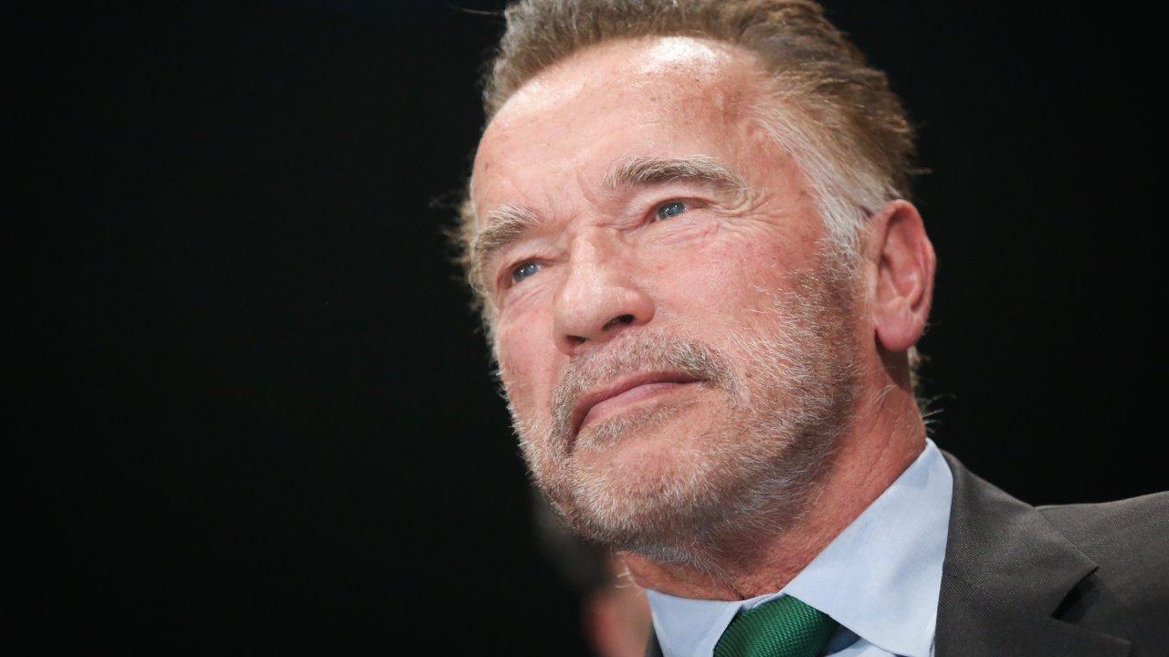 Arnold Schwarzenegger calciato sulla schiena da un folle durante un evento