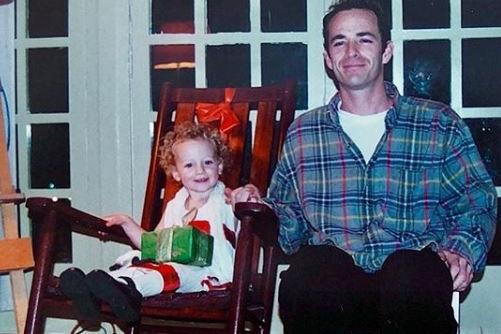 Luke Perry, la figlia pubblica le foto della sua infanzia: «Ti voglio bene»