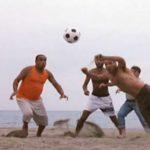 """Aldo rifà la famosa scena della spiaggia di """"Tre uomini e una gamba"""""""