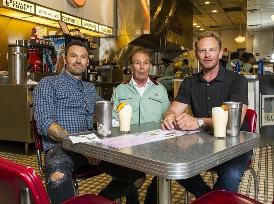 """Gli attori di """"Beverly Hills 90210"""" insieme per un evento benefico per Luke Perry"""