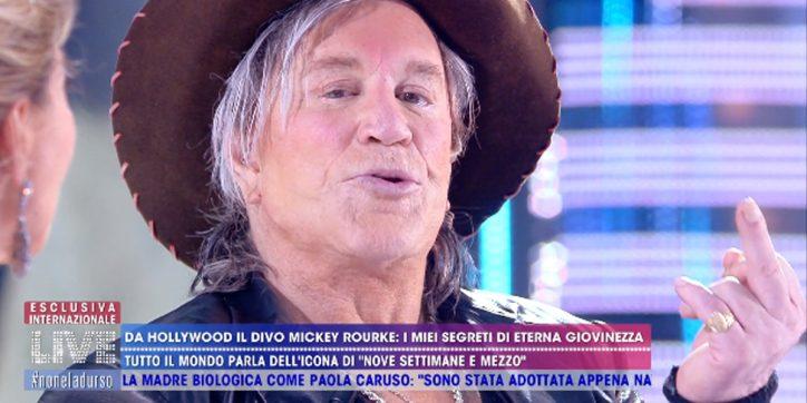 Mickey Rourke dalla D'urso racconta il suo rapporto con De Niro e gela lo studio con una dichiarazione
