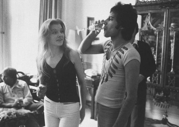"""Freddie Mercury: Mary Austin ricorda le sofferenze degli ultimi giorni """"terribili"""" del leader dei QUEEN"""