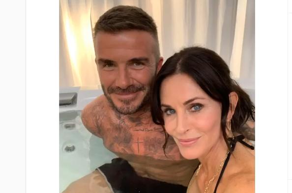 David Beckham e Courteney Cox nella vasca da bagno fanno impazzire i fan, ma…