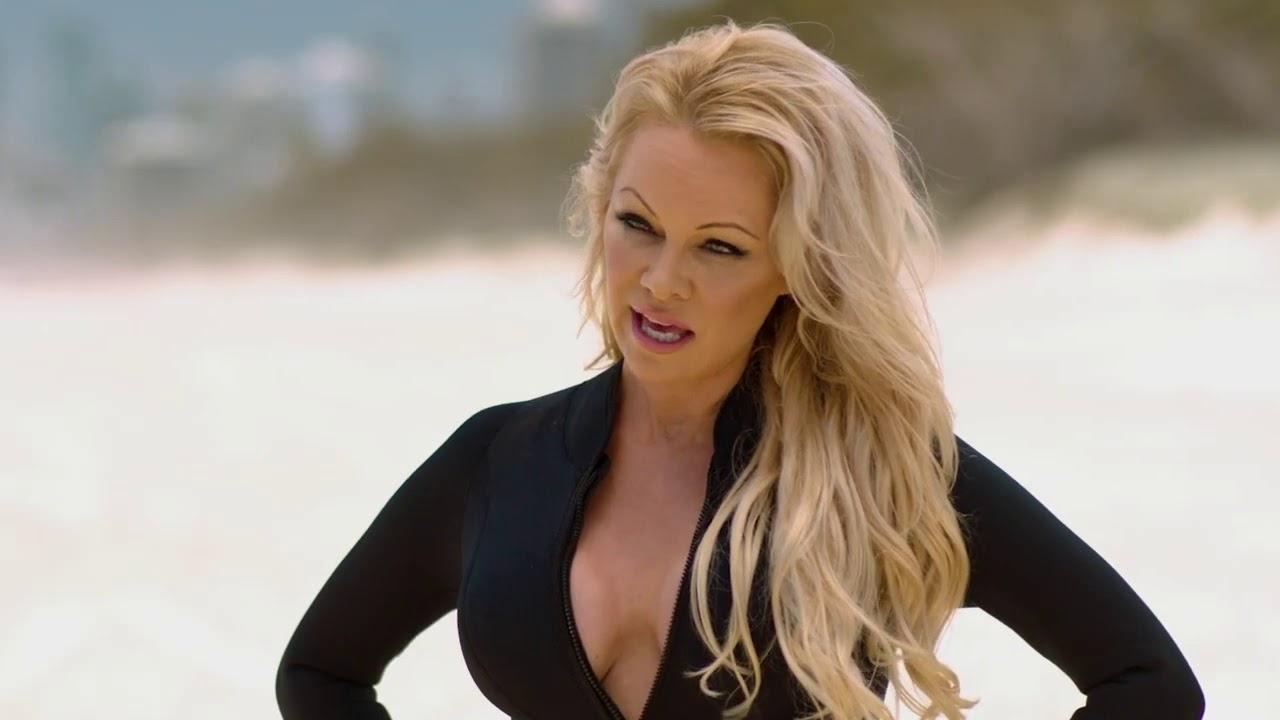 Pamela Anderson di nuovo bagnina a 52 anni