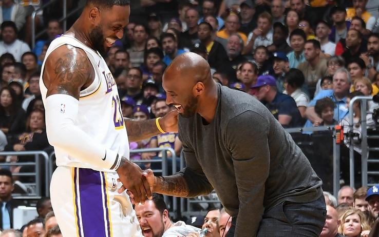 """LeBron James replica la schiacciata di Kobe Bryant 19 anni dopo: """"Fratello mio, questa è per te"""""""