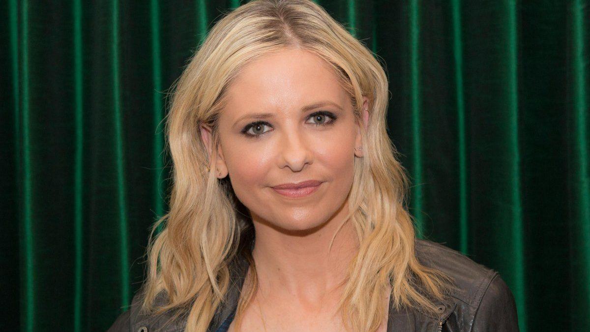 Sarah Michelle Gellar si veste come Buffy nel finale della prima stagione di 20 anni fa