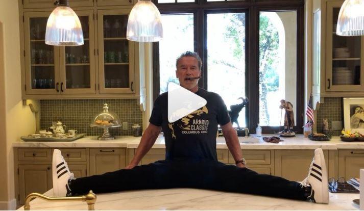 Arnold Schwarzenegger e l'elasticità: la sua 'spaccata' su Instagram