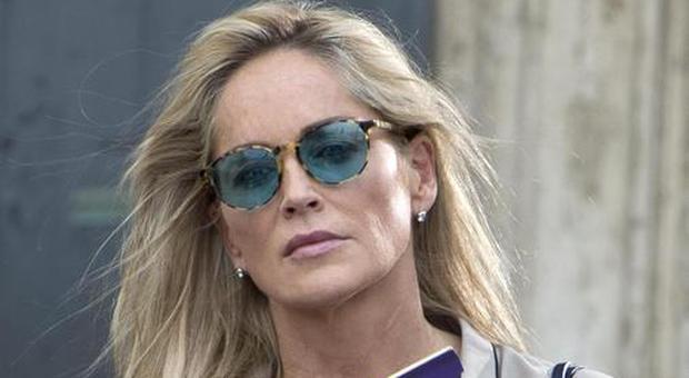 """Sharon Stone: """"Sono stata colpita da un fulmine mentre stiravo"""""""