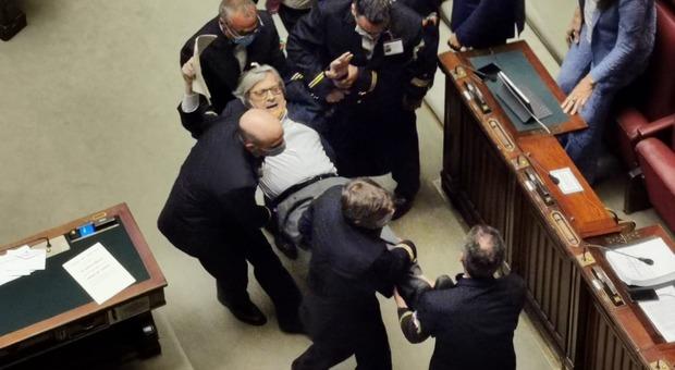 Sgarbi espulso alla Camera e portato via di peso: Carfagna: «Frasi inaccettabili contro me e le donne»