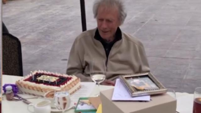 Clint Eastwood compie 90 anni, ecco il video della torta servita con la mascherina