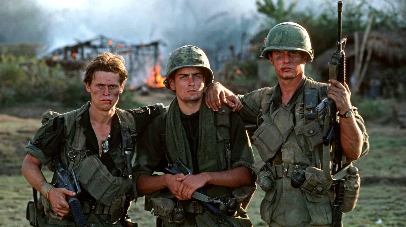 """Platoon, Charlie Sheen: """"Ho rischiato di morire sul set e l'addestramento fu un inferno, stessi vestiti, niente docce…"""