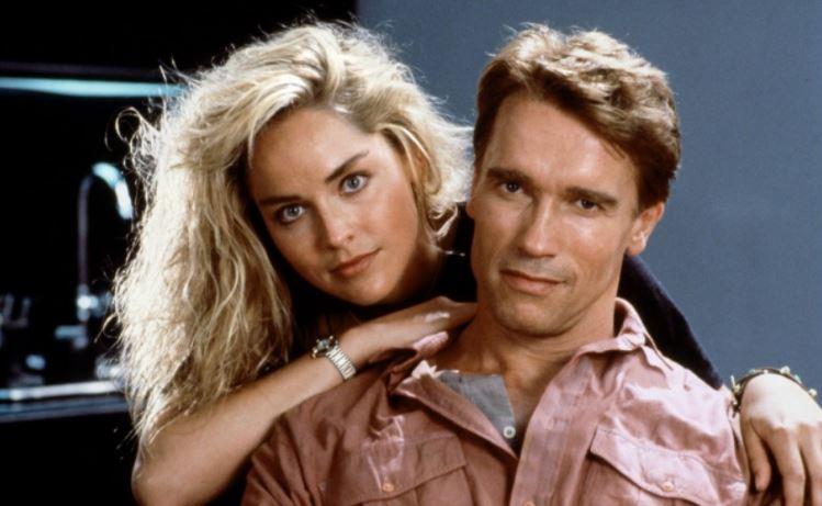 """Atto di Forza, Sharon Stone: """"Tornavo a casa piena di lividi; colpire Arnold è come colpire un muro a 30 km l'ora"""""""