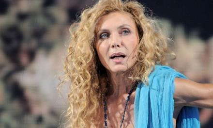 """Eleonora Brigliadori alla manifestazione No Mask: """"Attacco alla nostra libertà. Ci distruggono la vita attraverso vaccini, tamponi e limiti alla respirazione"""""""