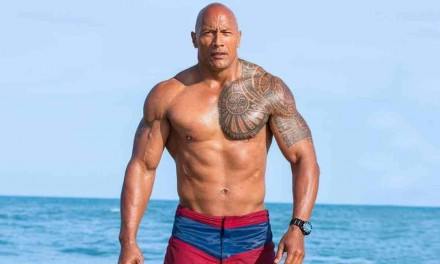 "Dwayne ""The Rock"" Johnson smonta a mani nude il cancello di casa che non si apriva"
