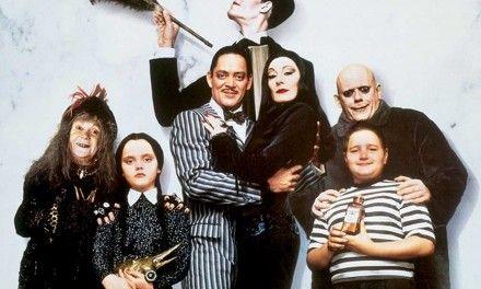 La Famiglia Addams: i problemi di Christopher Llyod per interpretare Zio Fester e come fu creato Mano