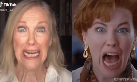 Mamma, ho riperso l'aereo: Catherine O'Hara ricrea l'iconica scena dell'urlo in aeroporto