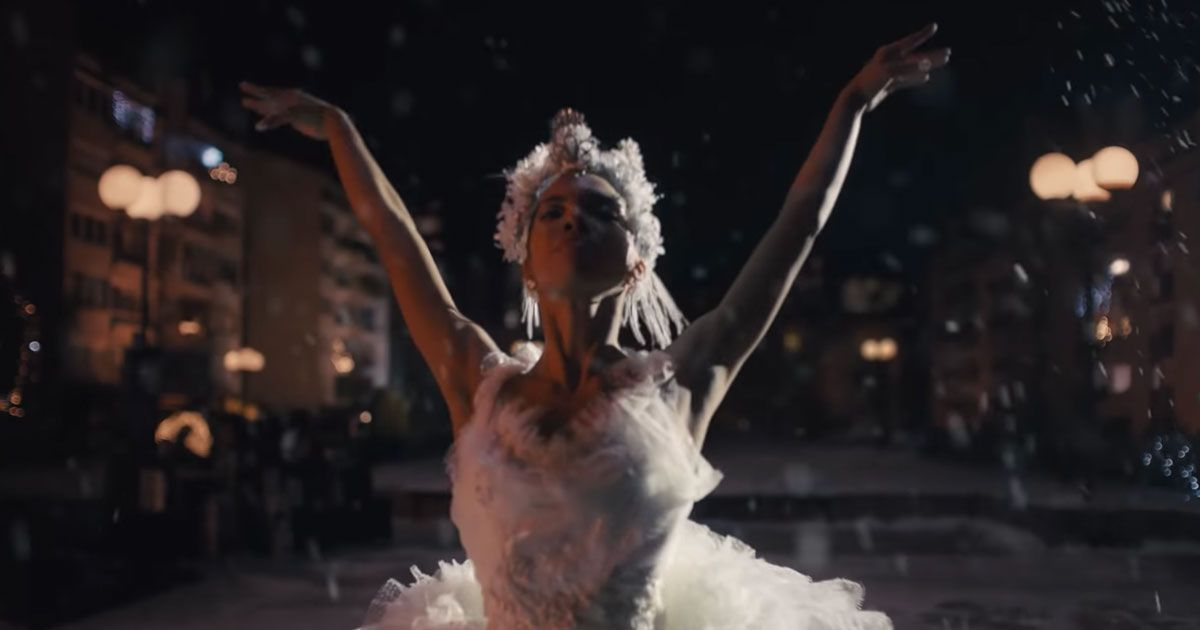 """Amazon: ecco lo spot natalizio con """"The Show Must Go On"""" dei Queen"""