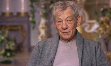 Ian McKellen euforico per il vaccino anti-Covid: «Chi ha la mia età è vivo grazie alle vaccinazioni precedenti»