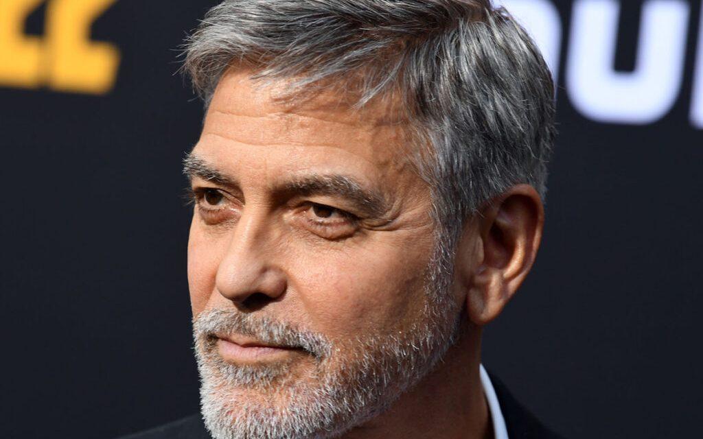 """George Clooney svela il suo segreto: """"Mi taglio da solo i capelli da 25 anni"""""""