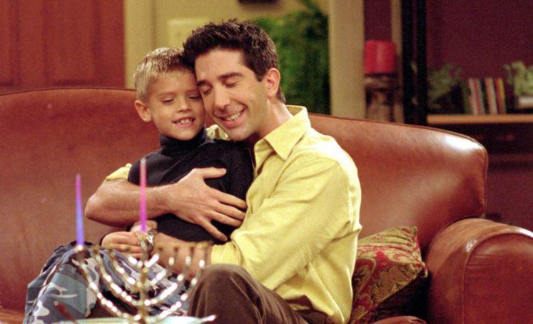 """Friends, Cole Sprouse ammette: """"Sul set mi prendevano in giro perché avevo una cotta per Jennifer Aniston"""""""