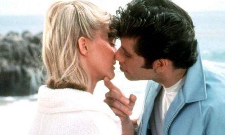 """Grease, Olivia Newton-John e l'emozione del primo bacio con John Travolta: """"E' stato speciale"""""""