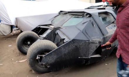 Dubai: alcuni ragazzi ritrovano una Batmobile originale abbandonata
