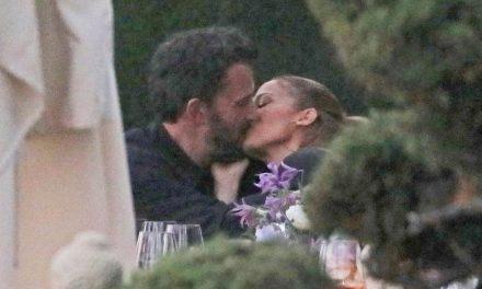 Jennifer Lopez e Ben Affleck: arriva il primo bacio in pubblico a confermare il ritorno di fiamma